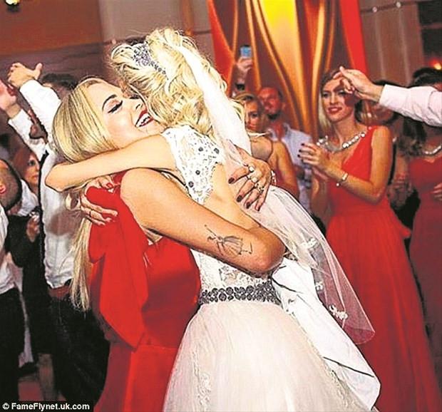 Rita Ora aile düğününde