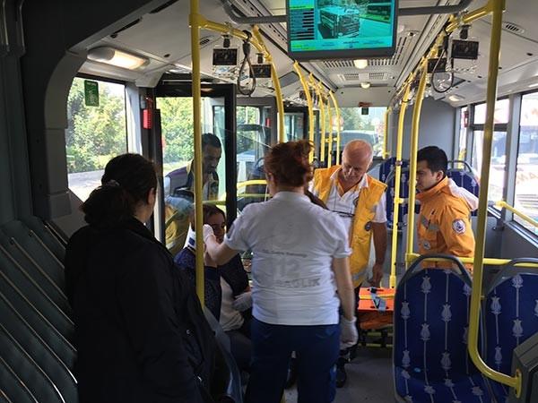 Kaza yapan metrobüste yaralı kadının çantası çalındı