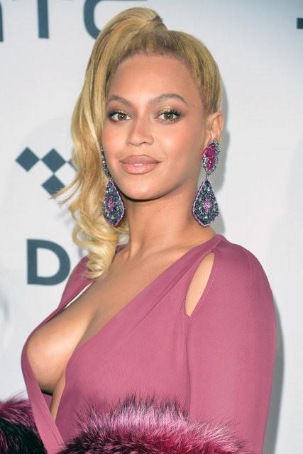 Beyonce cesaret isteyen bir elbise giydi