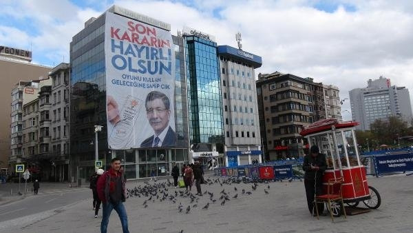 Taksim Meydanı'nda dev propaganda posterleri