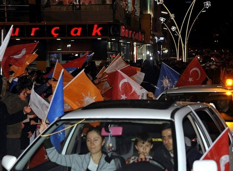 AK Parti'nin seçim zaferi coşkuyla kutlandı