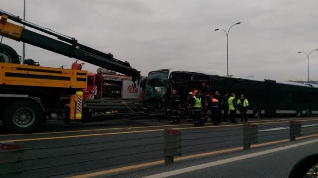 Otomobil, Metrobüsle Kafa Kafaya Çarpıştı
