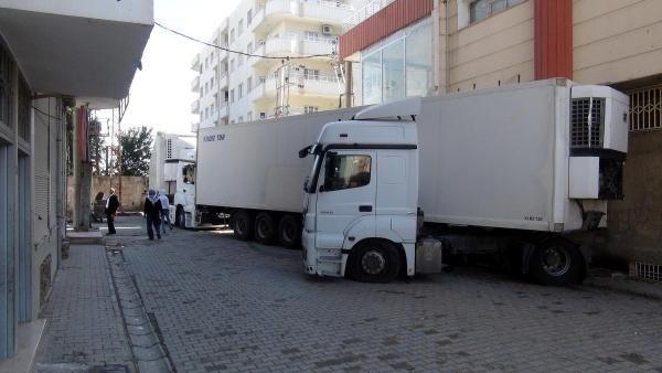 Kansızlar yol kapatarak polisle çatıştı