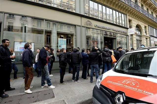 Fransa'da insanlar kan bağışı kuyruğunda