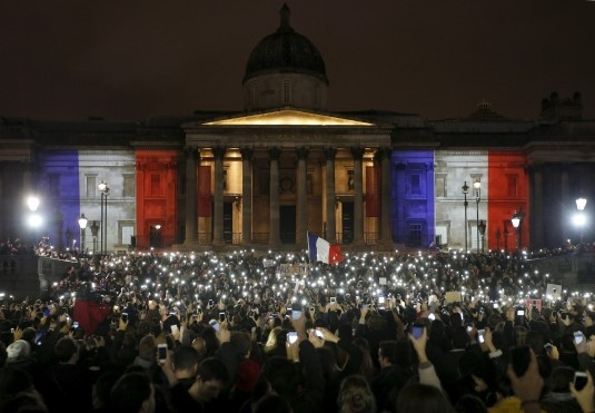 Dünya Fransa Bayrağı'nın renklerine büründü