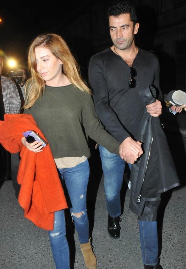 Kenan İmirzalıoğlu ile Sinem Kobal, el ele alışverişte