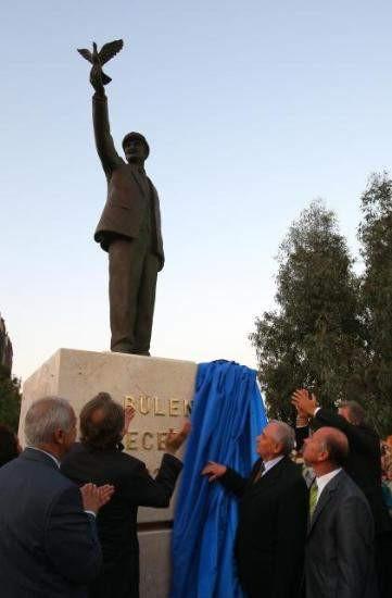 AKPden Ecevit heykeli
