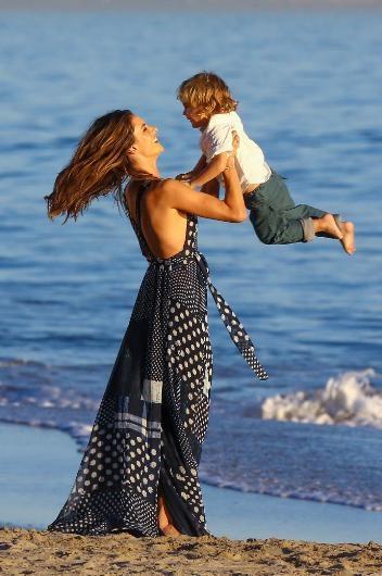 Alessandra Ambrosio oğluyla birlikte modellik yaptı