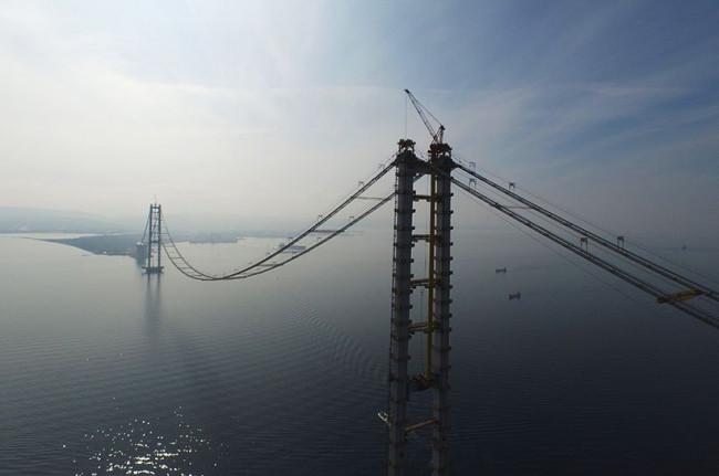 Körfez köprüsünün dev vinci Haydarpaşa'da yükseltiliyor