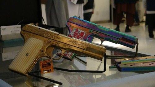 Pakistan'da el yapımı silah ve bıçak sergisine yoğun ilgi