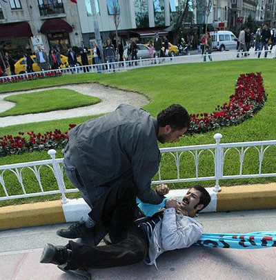 AKPyi protesto eden öğrencilere dayak