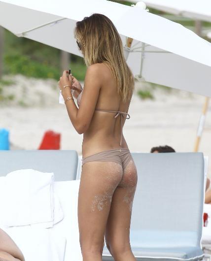 Sandra Kubicka yine plajda