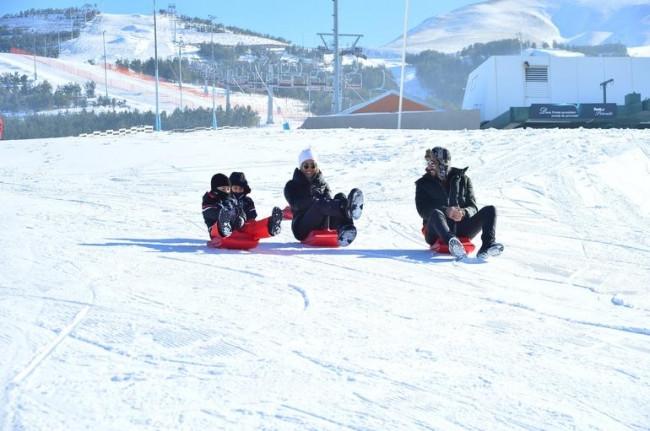 Çağla Şıkel ve oğulları kayak sezonunu açtı