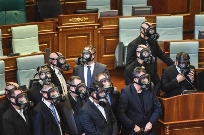 Kosova Meclisi'nde yine gaz bombası atıldı
