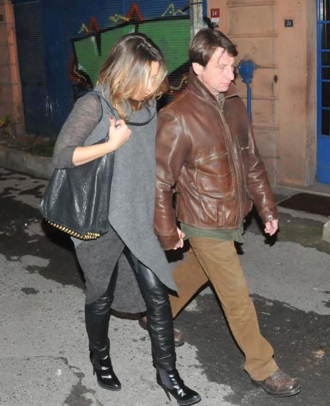 Kaya Çilingiroğlu kız arkadaşının elini bıraktı koluna girdi