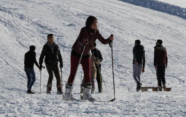 Hakkari'de 3 bin rakımda kayak keyfi
