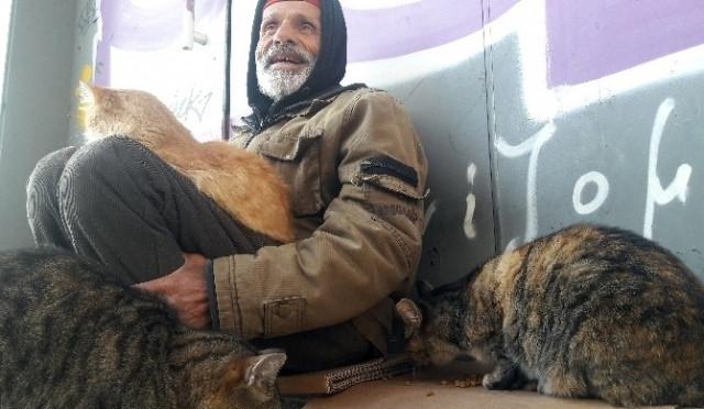 Süleyman Akova İstiklal Caddesi'nde yaşam savaşı veriyor