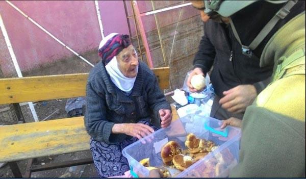 Diyarbakır Sur'da güvenlik güçlerinin vatandaşlara yardımı sürüyor