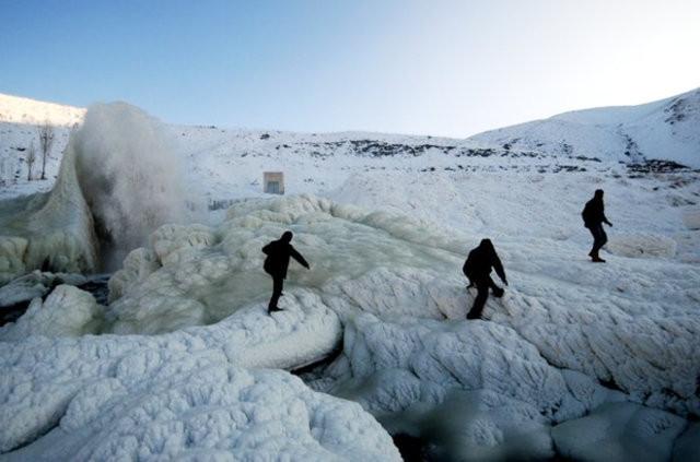 Van'da patlayan su borusu buzdan şelale oluşturdu