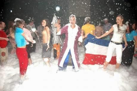 Antalyada Rus turistlerin köpük partisi