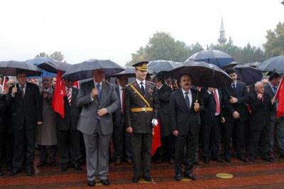 Protokol şemsiye altında, öğrenciler ıslak !