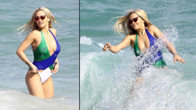 Rita Ora ve rengarenk mayosu