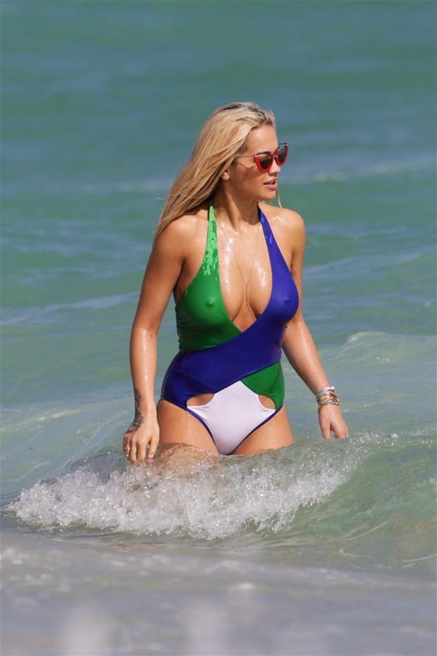 Rita Ora bikinisiyle büyük dikkat çekti