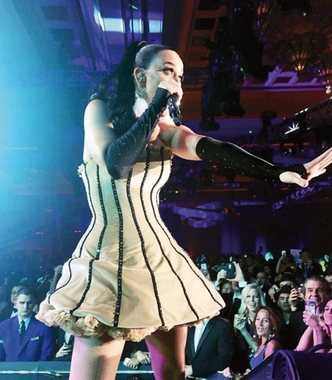 Serenay Sarıkaya ve Kerem Bürsin yeni yıla Katy Perry ile girdi