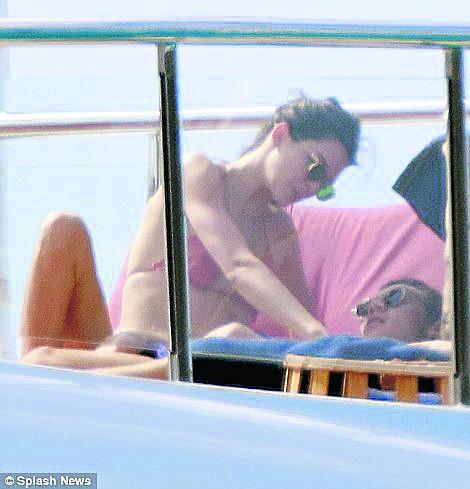 Kendall Jenner romantik tatili devam ediyor