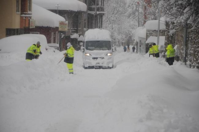 Bartın'da kar insan boyunu aştı
