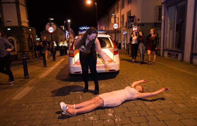 Polis müdahale ederken bile birasına sarıldı!