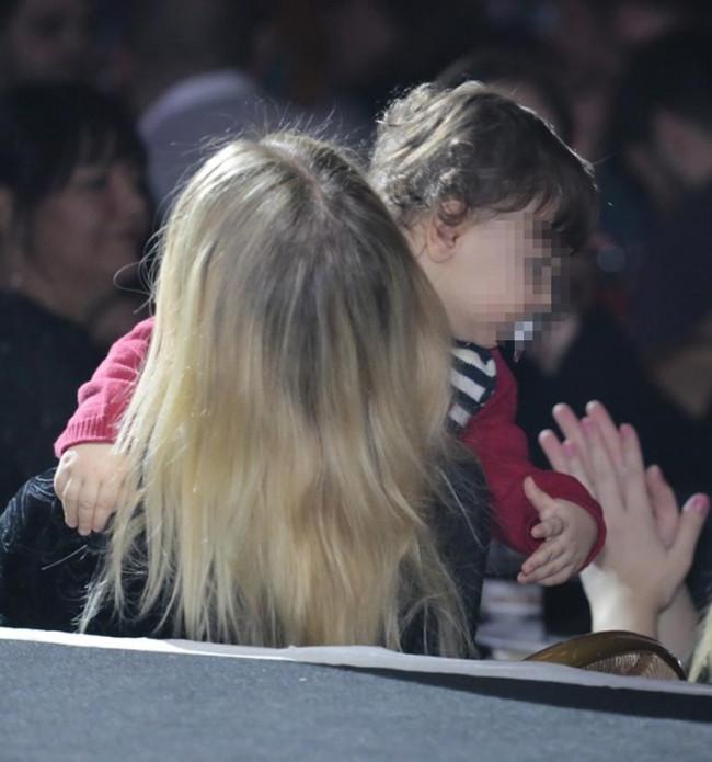 Kaan Tangöze'nin eşi Seçkin Piriler bebeğini barda uyuttu