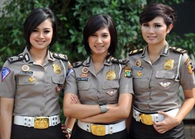 Başka ülkelerde Kadın Polisler bakın nasıl giyiniyor?