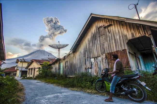 Endonezya'daki Sinabung Yanardağı aktif oldu
