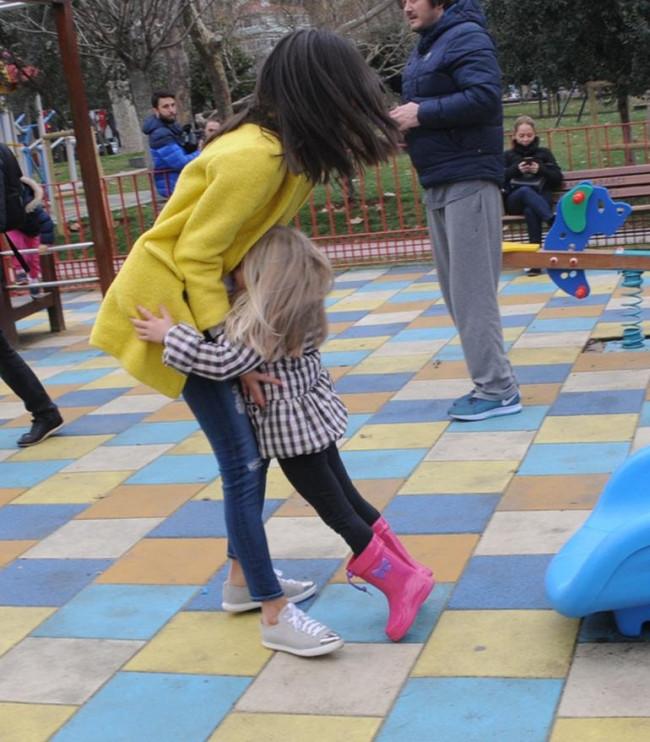 Yasemin Özilhan kızlarıyla parkta eğlendi