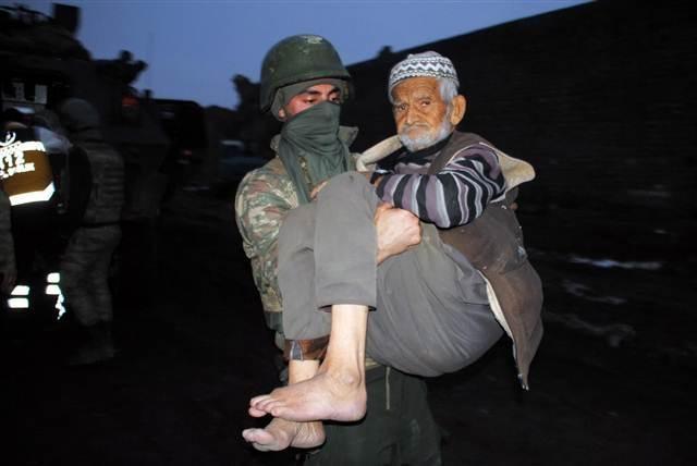 Mehmetçikler ölüme terk edilen yaşlı çifti sırtında taşıdı
