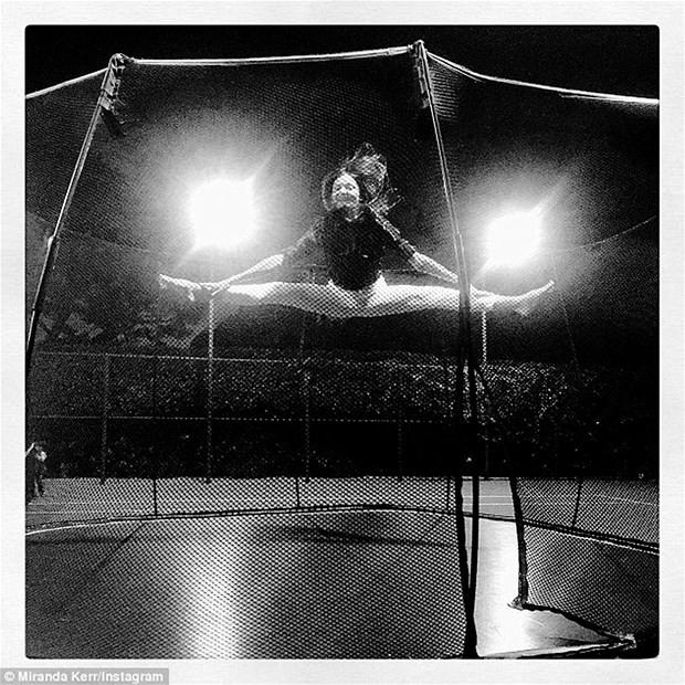 Miranda Kerr'in sevinç atlaması
