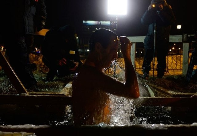 Rusya'da Hıristiyanlar buzlu sulara girdi !