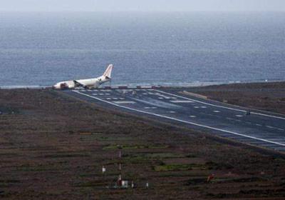 Uçak pistten çıkıp sahile daldı