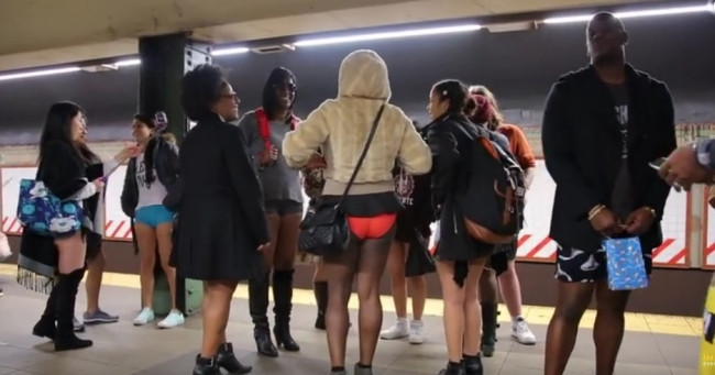 Pantolonsuz metroya binebilir misiniz!