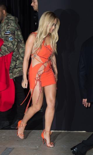 Rita Ora elbisesiyle zor anlar yaşadı