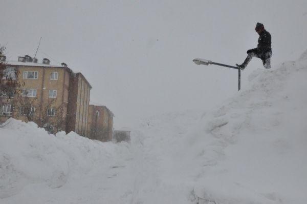 Bitlis'te evler kara gömüldü