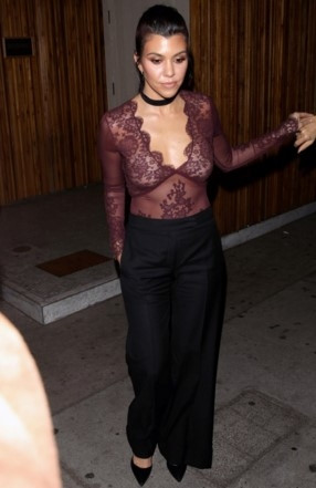 Kourtney Kardashian'dan derin dekolte