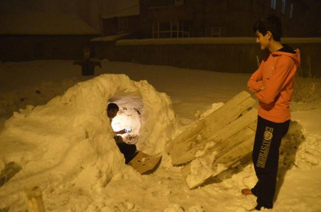Eskimolar'a özenip kardan ev yaptılar