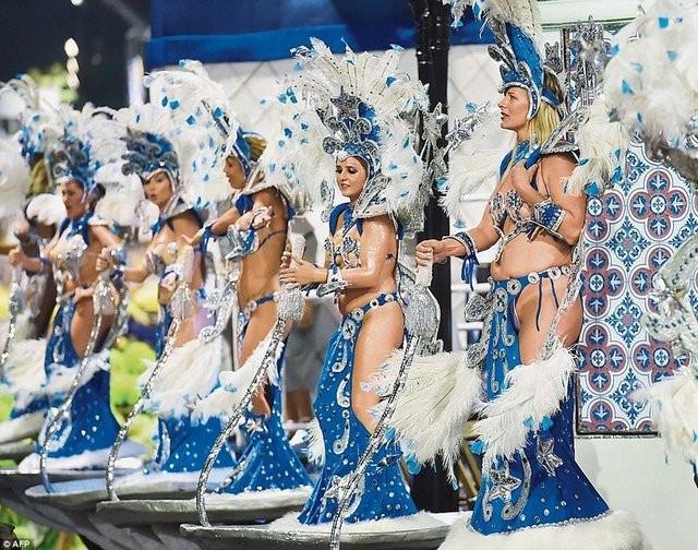 Rio karnavalına örtünerek geldi