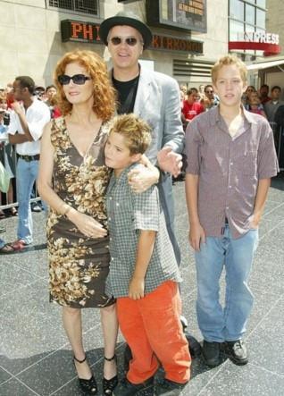 Ünlü oyuncunun oğlu galada elbise giydi
