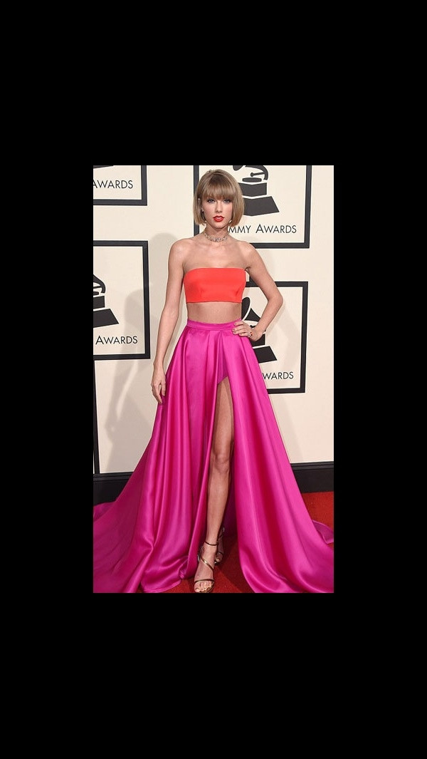 Kırmızı halı da şaşırtan kıyafetler