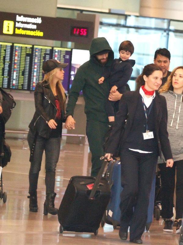 Shakira ve ailesi Barcelona'ya gitti