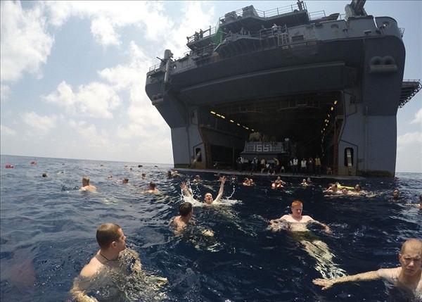 Amerikan askerleri için yüzme vakti !