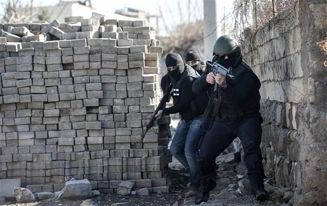 PKK'lı teröristlerin kilit taşlarından yaptığı tünel bulundu